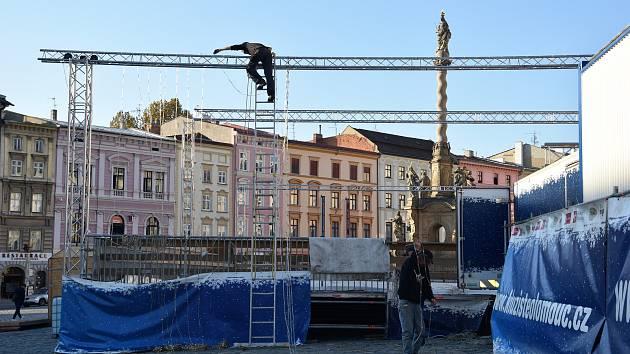 Stavba ledového kluziště na Dolním náměstí v Olomouci