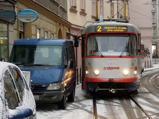 """Blokování tramvajové dopravy v Pekařské ulici v 15.00 4.12.2012. Tramvajačka zvoněním přivolala řidiče, zpoždění tak bylo """"jen"""" cca 7 minut"""