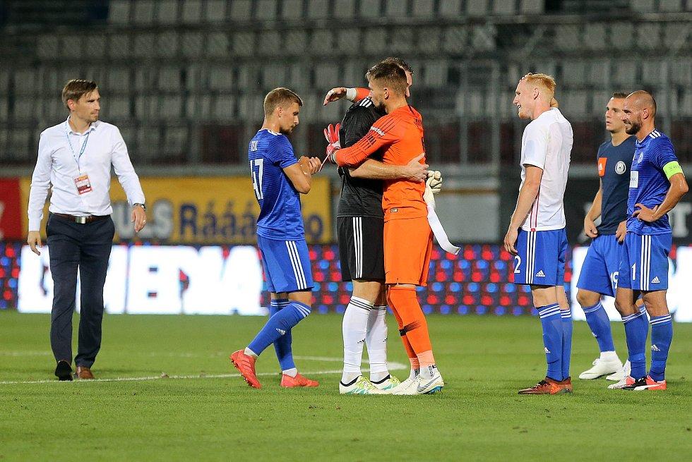 Olomoucký brankář Miloš Buchta se zdraví se sevillským kolegou Tomášem Vaclíkem. Sigma Olomouc vs. Sevilla FC