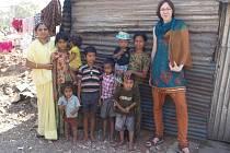 Dětem dělníků v indickém Sun City slum pomáhá se vzděláním organizace H.O.P.E., s níž spolupracují i české studentky z olomoucké školy CARITAS