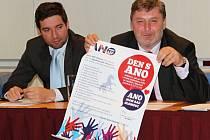 Olomoucké hnutí ANO odstartovalo kampaň. Předseda oblastní organizace v Olomouci Milan Feranec (vpravo) na úterní tiskové konferenci představil plakát na sobotní akci Den s ANO v areálu jezdeckého klubu na Lazcích.