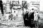 Pietní pocta obětem fašismu v roce 1975 v obci Hrabí u pomníku, který zbudovali na vlastní náklady místní divadelní ochotníci.