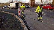 Poslední úpravy před otevřením provizorní objížďky uzavřené silnice Olomouc - Šternberk u Týnečka