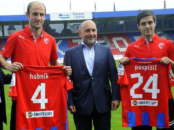 Roman Hubník (vlevo) a Martin Pospíšil (vpravo) se 4.září představili coby nové posily FC Viktoria Plzeň. Uprostřed je majitel klubu Tomáš Paclík.