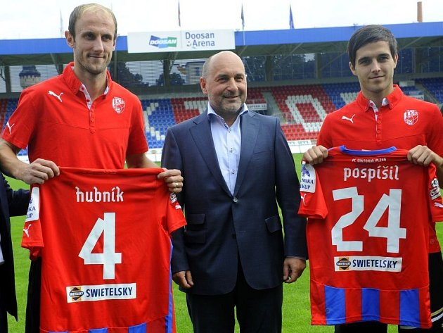 Roman Hubník (vlevo) a Martin Pospíšil (vpravo) se 4. září představili coby nové posily FC Viktoria Plzeň. Uprostřed je majitel klubu Tomáš Paclík.