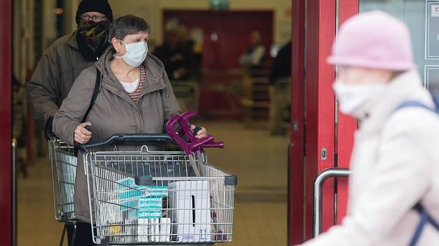 Lidé se při nákupech chrání rouškami a podobnými ochrannými pomůckami. Ilustrační foto