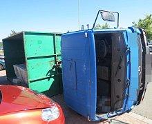 Ve Velké Bystřici se náklaďák převrátil na čtyři auta.