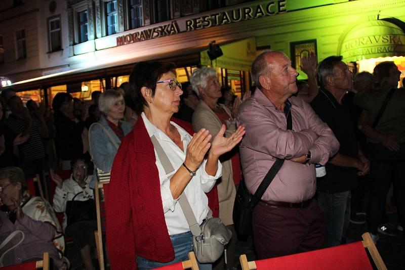 Velkolepou podívanou mohli zhlédnout v pátek večer na Horním náměstí Olomoučané. Do audiovizuálního projektu se zapojili umělci Moravského divadla - vedle ukázek slavných operních děl nabídl program i ochutnávky ze současného repertoáru baletního souboru