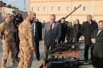 Prezident během krátké ukázky zbraní a techniky českých vojáků