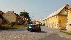Na průtahu Skrbení už to nebude drncat. Správa silnic Olomouckého kraje a obec chystají proměnu komunikace. Povrch z žulových kostek položených před sto lety nahradí asfaltobetonovým krytem.