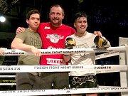 Olomoucký bojovník Vilém Cao (vpravo) zvítězil 2:1 na galavečeru Fusion Fight Night 11. Trenér Tomáš Musil (druhý zprava)