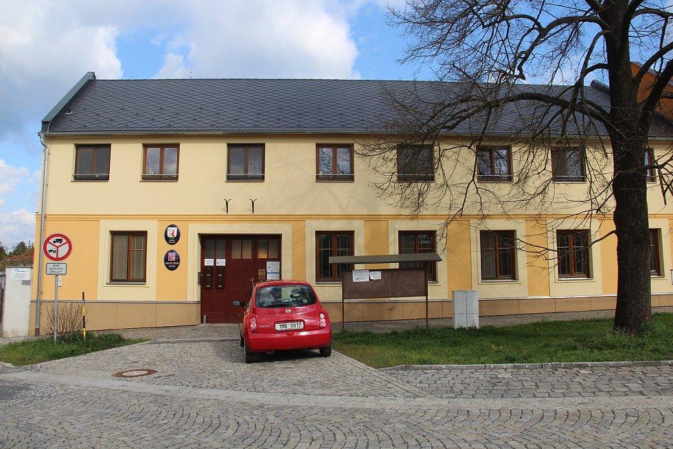 Opravený obecní úřad v Ústíně