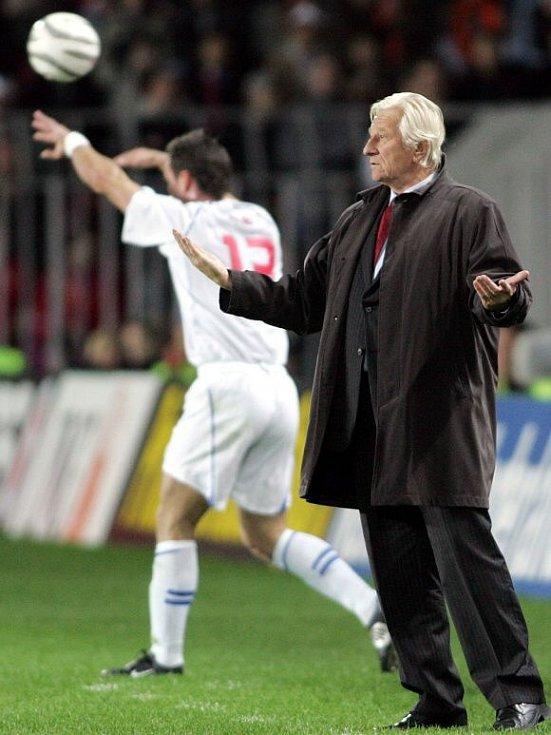 říjen 2005. Trenér Karel Brückner v kvalifikačním utkání s Nizozemskem o postup na fotbalové mistrovství světa 2006. V pozadí vhazuje Martin Jiránek