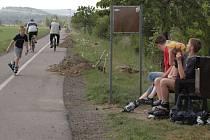 Výsledek řádění vandala na cyklostezce v Litovli