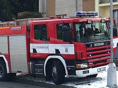 Hasiči zasahují u požáru v domě v Kašparově ulici u plaveckého stadionu v Olomouci