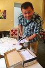 Členové iniciativy Olomouc bez hazardu před odevzdáním podpisů na podatelnu.(na snímku Michal Krejčí z politického sdružení Občané pro Olomouc)