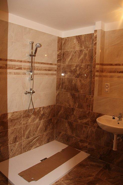 Koupelna jednoho z bytů, které budou nabídnuty k pronájmu.