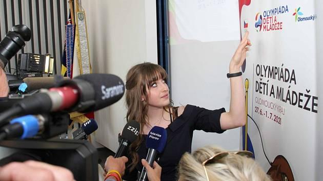 Autorkou návrhu loga i maskota je studentka VOŠ a SPŠ v Šumperku Karolína Ščučková.