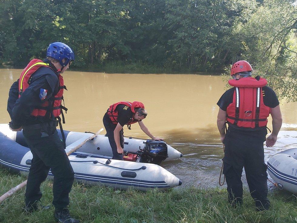 Pátrací akce po pravděpodobně utonulém vodákovi u Moravičan, 2. 7. 2020
