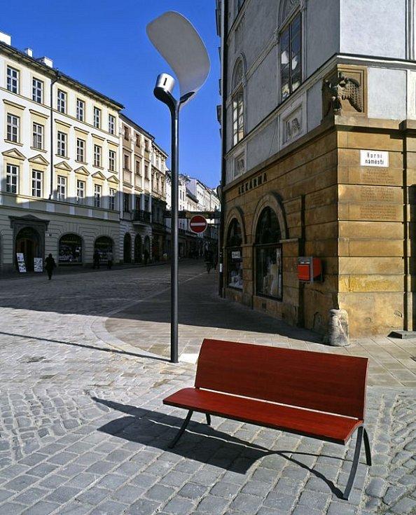 """Původní lampa """"plácačka"""" na Horním náměstí."""