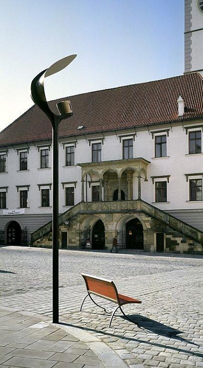 """Původní lampa """"plácačka"""" na Horním náměstí.  Zkušební umístění po rekonstrukci prostoru"""