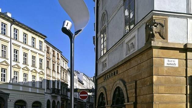 Lampa plácačka na Horním náměstí. Zkušební umístění po rekonstrukci prostoru