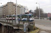 Tramvaj na mostě přes Moravu v Masarykově ulici v Olomouci