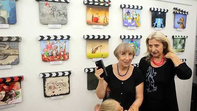 Vernisáž výstavy filmových klapek v olomoucké galerii Bohéma
