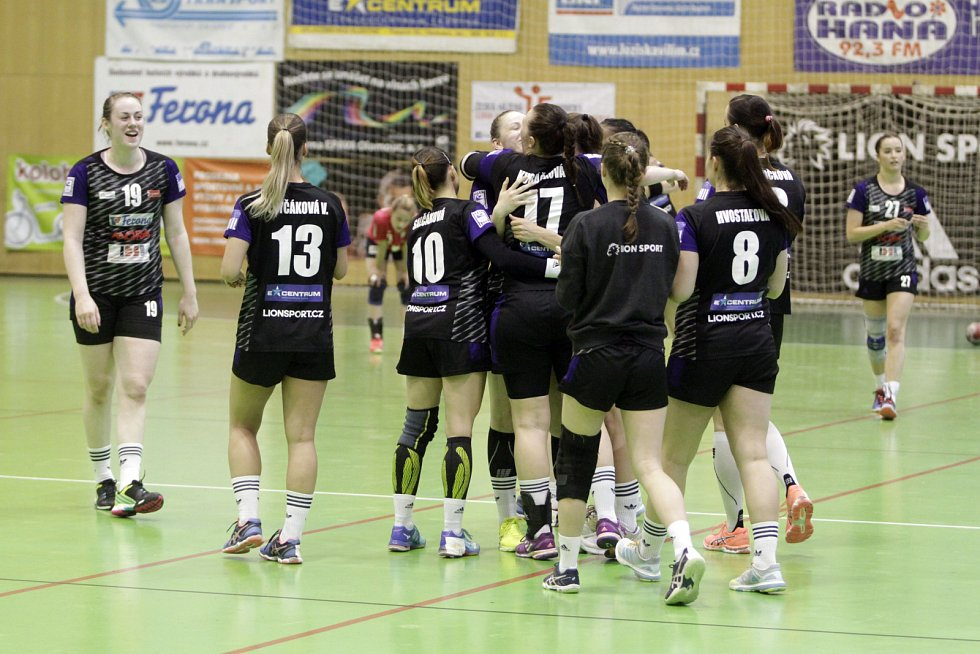 Olomoucké házenkářky (v černém) porazily v prvním utkání série o bronz Porubu 26:21