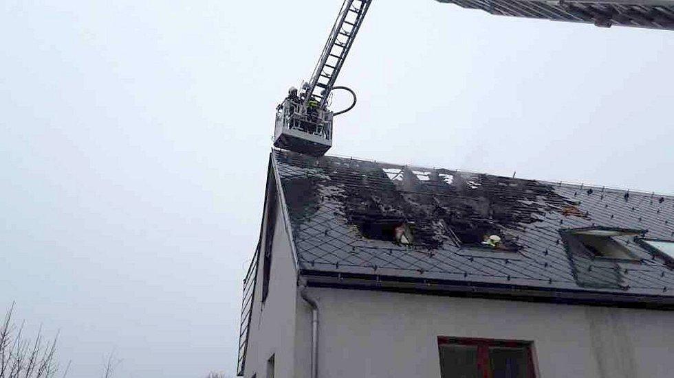 Hasiči zasahují u požáru azylového domu v Dalově u Šternberka