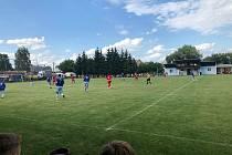 Fotbalisté Červenky (v červeném) nenašli recept na obranu Šumvaldu.