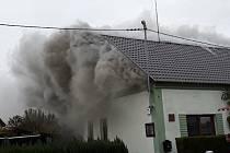 Požár střechy a přístřešku rodinného domu ve Štěpánově.