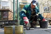 """Usazování dalších """"kamenů zmizelých"""" na Cyrilometodějském náměstí v Olomouci"""