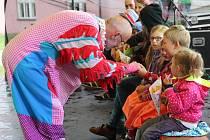 Během akce Hanácké pupek světa se v amfiteátru ve Velké Bystříci sešli v sobotu odpoledne malí i velcí na divadlení představení.
