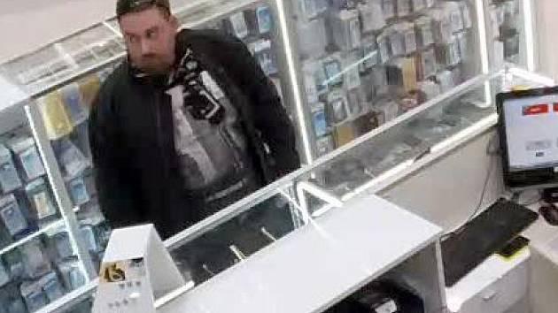 Tento muž ukradl 29. března 2015 v OC Šantovka iPhone