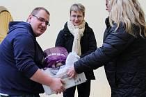Zástupci Deníku předali pracovníkům nízkoprahového centra Charity Olomouc přepravky s jídlem, které se vybralo pomocí sbírky na podporu potravinové banky