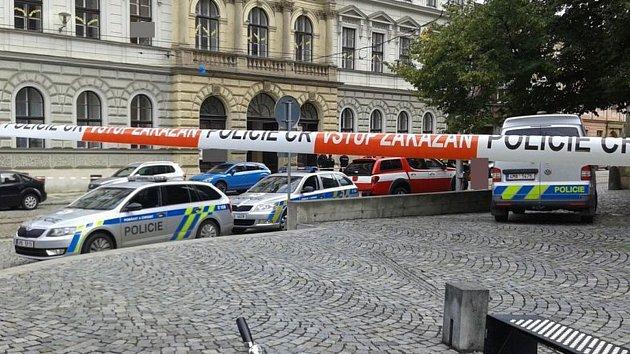 Policisté evakuovali základní školu na ulici 8. května v centru Olomouce kvůli nahlášené bombě