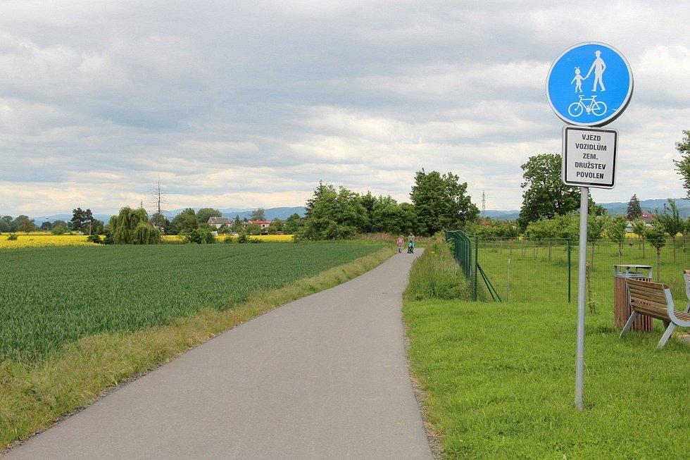 Nedávno vybudovaný úsek od parkoviště u in-line stezky směrem do Týnečka