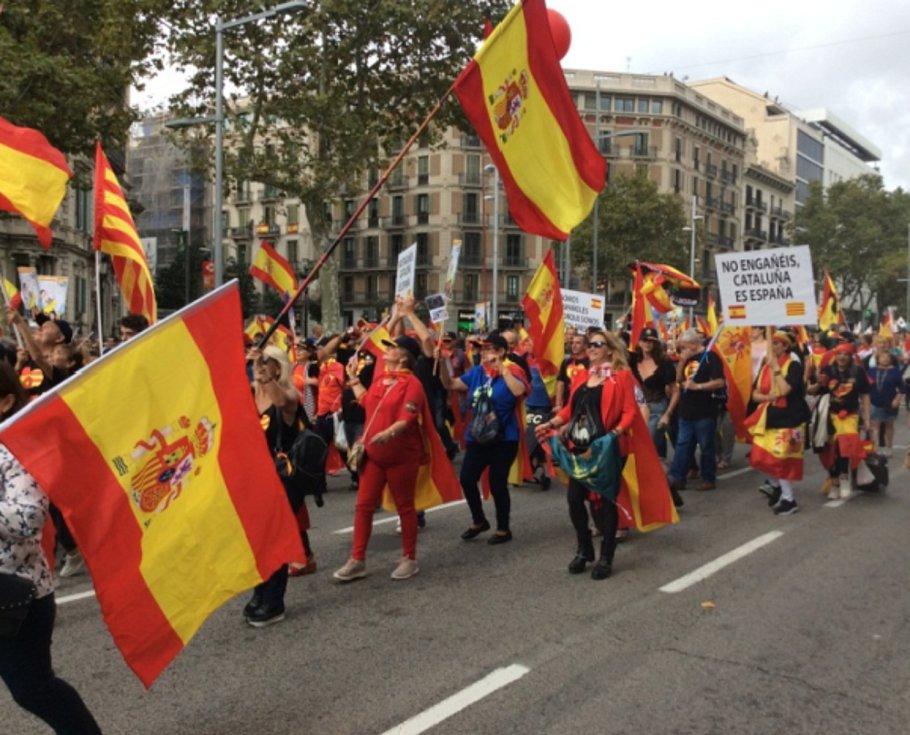 Demonstrace v Barceloně za jednotu Španělska, která se konala 12. října, vden svátku María de Pilar a zároveň den Hispánství, kdy si španělsky hovořící národy připomínají Kolumbovo objevení Ameriky