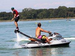 – Až několik metrů nad hladinou vody se v sobotu létalo ve Wake Parku Náklo na Olomoucku. Netradiční sport s názvem flyboarding si mohli vyzkoušet zájemci už od dvanácti let.