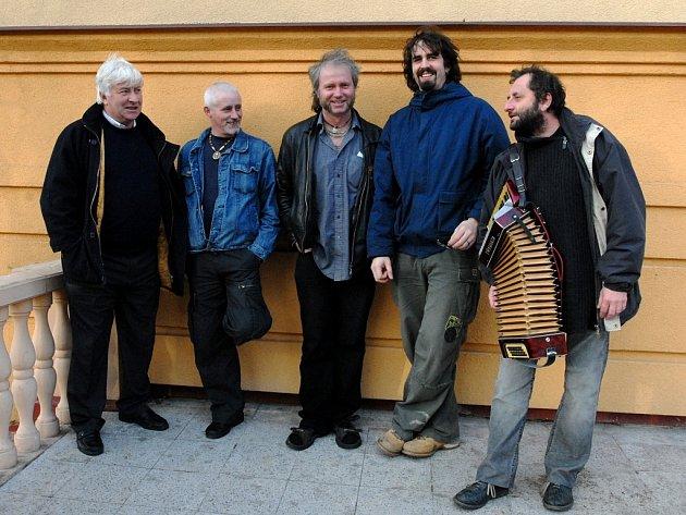 Irská kapela The Hogs si v České republice získala renomé díky společným koncertům s písničkářem Václavem Koubkem (na snímku zcela vpravo).