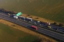 Místo hromadné srážky kamionů a osobního auta na R46 u Olomouce