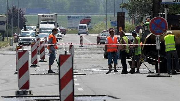 Opravy vozovky v Dolní Novosadské