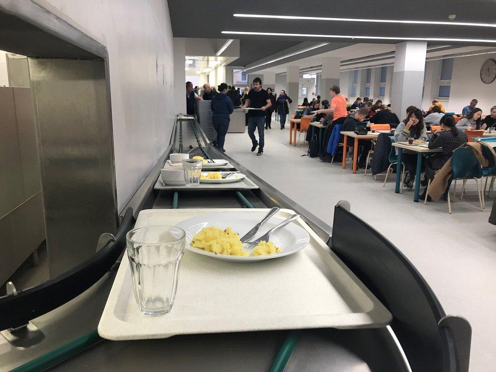 Den otevřených dveří na Univerzitě Palackého v Olomouci. Vhlavní menze servírovali obědy za studentské ceny.