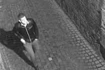 Policisté pátrají po tomto mladíkovi, který měl rozpíchat kola několika autům v centru Olomouce