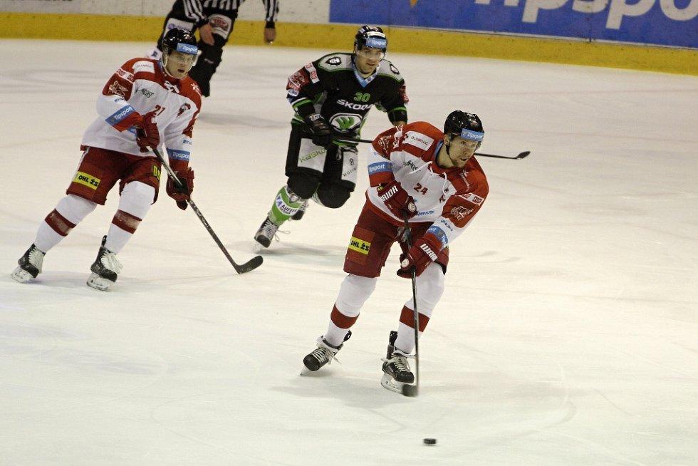 Olomoučtí hokejisté (v bílém) podlehli Mladé Boleslavi 2:4. Vilém Burian (u puku).