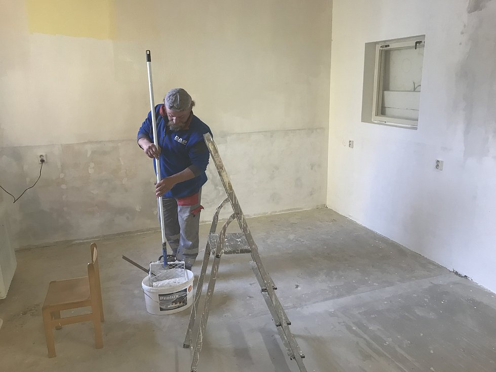 Koronavirové prázdniny využilo vedení Základní školy a Mateřské školy Blatec ke stavebním úpravám v mateřské škole. (14.května 2020)
