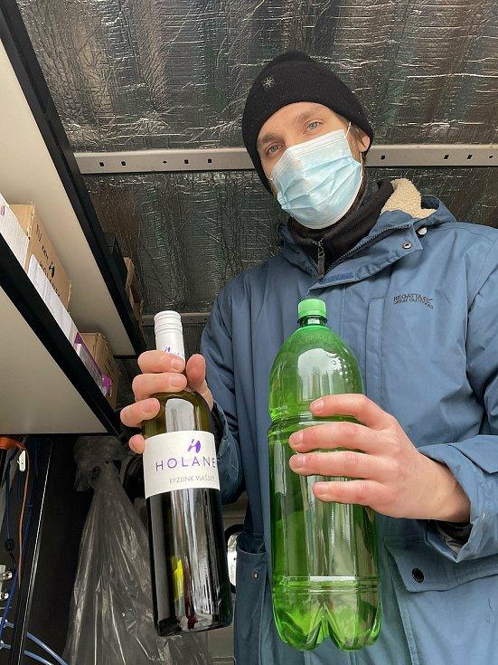 Vinaři začali provozovat vinotéku na kolech. Na snímku Michal Ješko z Vinařství Holánek z obsluhuje zákazníky v Brodku u Přerova, 23. ledna 2021