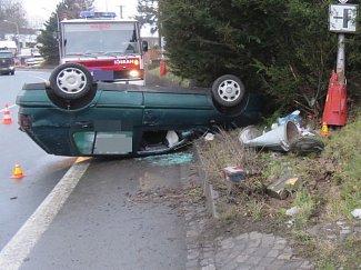 Řidič s 1,63 promile alkoholu vyvrátil při nehodě v Lipině na Šternbersku svým Golfem sloup veřejného osvětlení