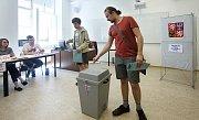 Eurovolby 2019: první voliči ve volebním okrsku číslo 3 v Olomouci Na hradě.
